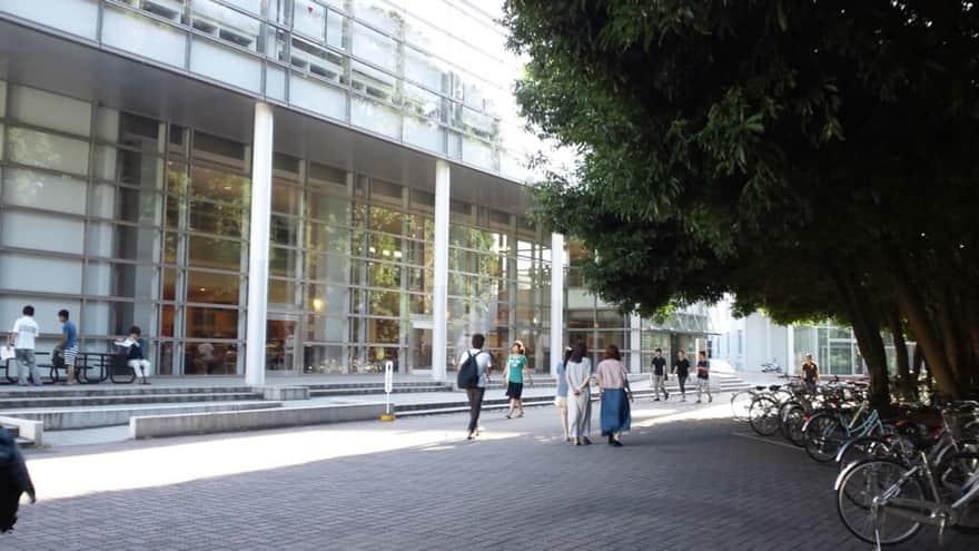 横浜国立大学:図書館前